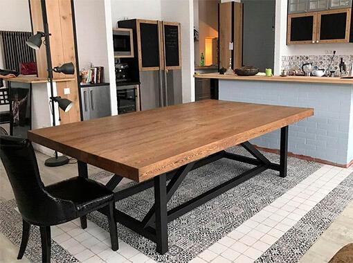 Обеденный стол с металлическим основанием