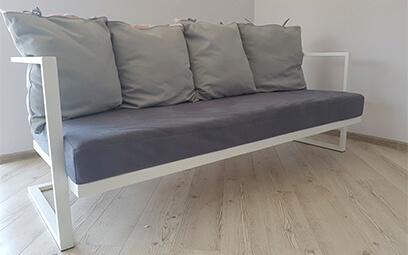 диван металлический с серыми подушками
