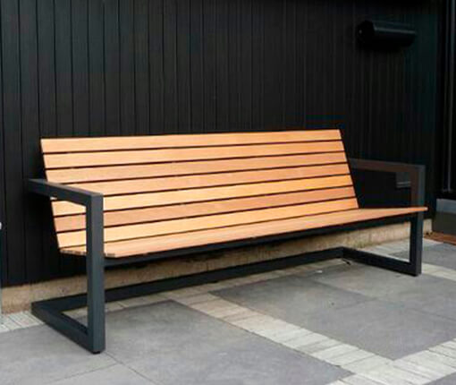 Садовая скамейка на металлокаркасе