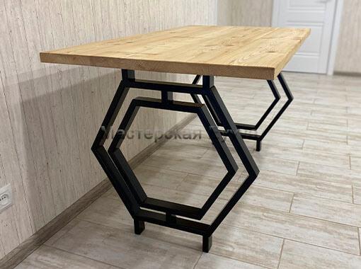 стол с бесцветным маслом