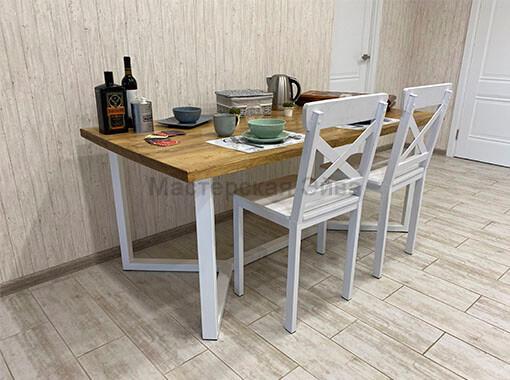 Стол на металлическом основании обеденный