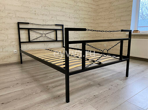 кровать в стиле лофт с цепями